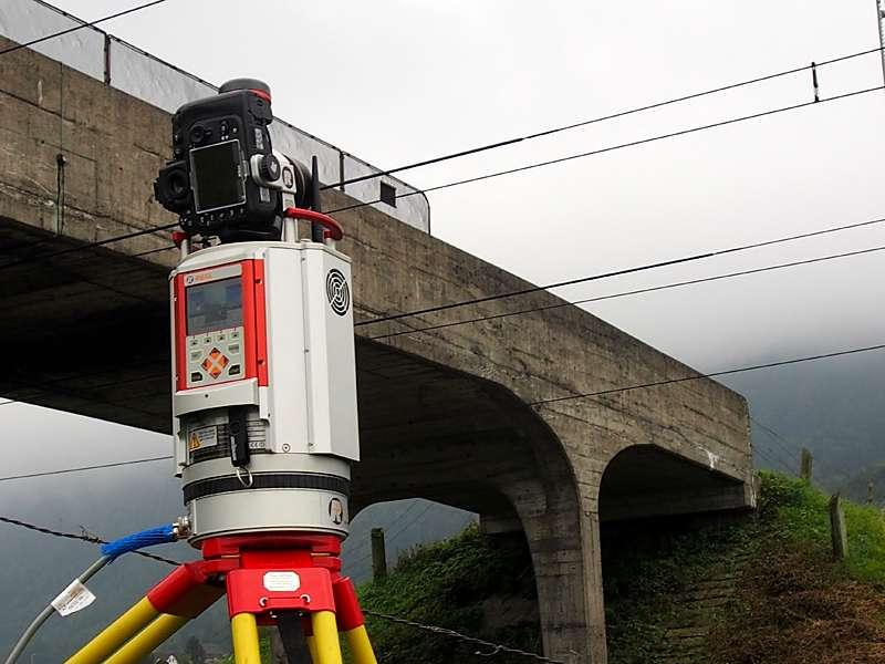 Vermessung: Brücke und Gleisanalge Outdoor mit Laserscanner für Planung und Überwachung